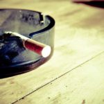 Beim gelbe oder braune Zahnverfärbung entfernen haben besonders starke Raucher einige Probleme.