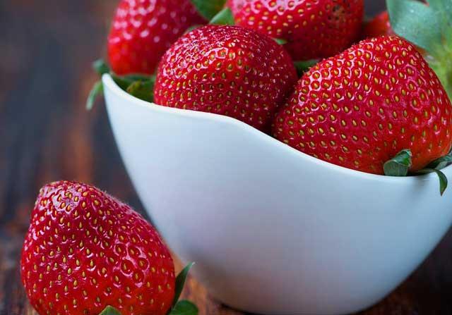 Gelbe Zähne aufhellen - Eine Schale Erdbeeren am Tag für weißere Zähne